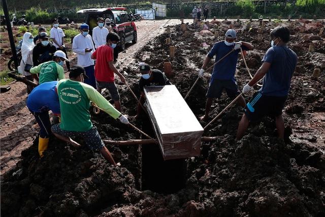 Indonesia: Bệnh nhân Covid-19 tử vong, nằm trước cửa nhà 12 giờ  - Ảnh 2.