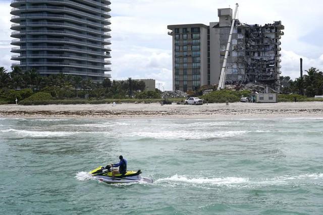 Vụ sập nhà chung cư Mỹ: Tăng số người thiệt mạng, 156 người vẫn mất tích - Ảnh 4.