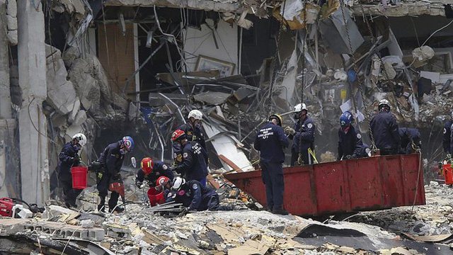 Vụ sập nhà chung cư Mỹ: Tăng số người thiệt mạng, 156 người vẫn mất tích - Ảnh 7.
