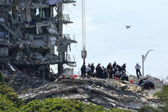 Vụ sập nhà chung cư Mỹ: Tăng số người thiệt mạng, 156 người vẫn mất tích - Ảnh 9.