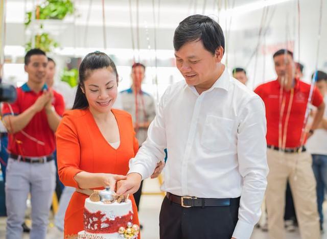 Shark Phú lần đầu công khai khoe vợ nhân ngày Gia đình Việt Nam, CĐM tấm tắc khen: Không ngờ chị nhà đẹp đến vậy! - Ảnh 1.