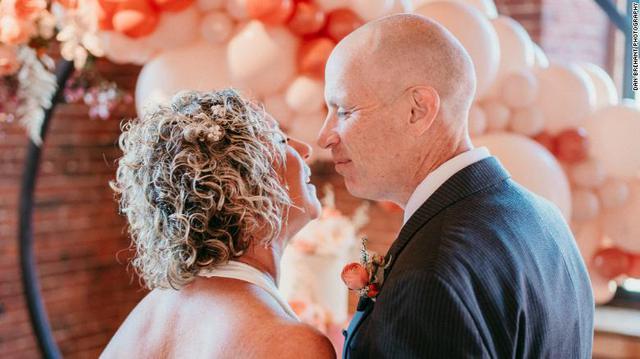 Cổ tích ngoài đời thực: Người đàn ông mắc hội chứng Alzheimer yêu và cầu hôn lại chính người vợ của mình - Ảnh 1.