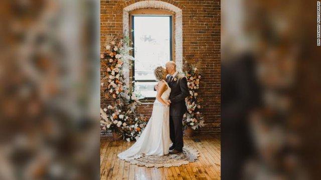 Cổ tích ngoài đời thực: Người đàn ông mắc hội chứng Alzheimer yêu và cầu hôn lại chính người vợ của mình - Ảnh 3.