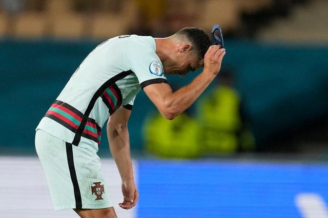 Hình ảnh buồn nhất hôm nay: Ronaldo thất vọng ném đi băng đội trưởng, lặng lẽ rời khỏi kỳ Euro có thể là cuối cùng trong sự nghiệp - Ảnh 2.