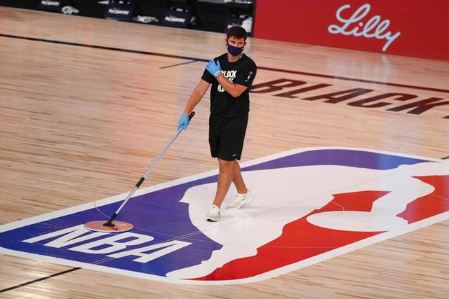 Fan đổ xô theo đuổi giấc mơ NBA bằng sự nghiệp... lau sàn vì việc nhẹ lương cao - Ảnh 2.