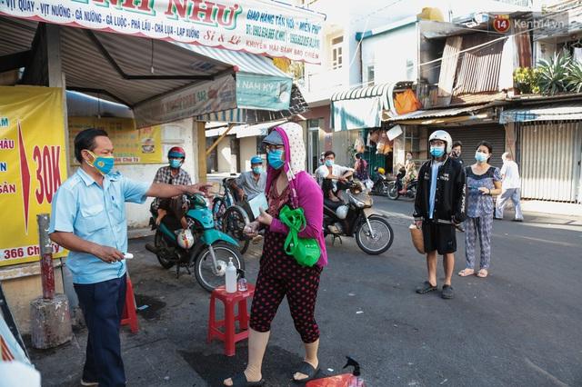"""Người dân xếp hàng đi chợ bằng tem phiếu lần đầu tiên ở Sài Gòn: """"Tôi thấy phát phiếu đi chợ rất tốt, an toàn cho mọi người trong mùa dịch"""" - Ảnh 2."""