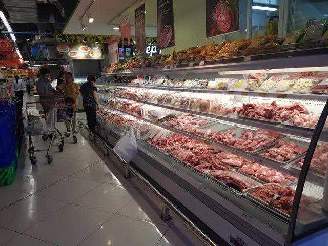 Nhiều siêu thị tăng sản lượng, giảm giá hàng hóa khi chợ đầu mối Hóc Môn tạm đóng cửa - Ảnh 1.
