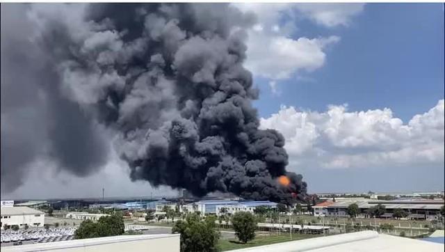 CLIP: Đang cháy lớn ở KCN Long Bình, cột khói cao hàng trăm mét  - Ảnh 2.