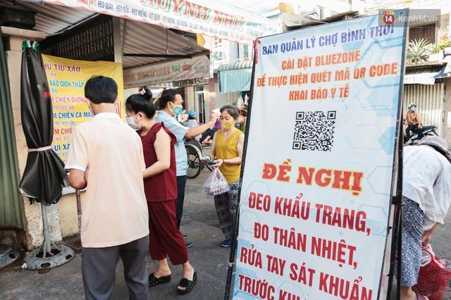 """Người dân xếp hàng đi chợ bằng tem phiếu lần đầu tiên ở Sài Gòn: """"Tôi thấy phát phiếu đi chợ rất tốt, an toàn cho mọi người trong mùa dịch"""" - Ảnh 12."""