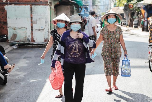 """Người dân xếp hàng đi chợ bằng tem phiếu lần đầu tiên ở Sài Gòn: """"Tôi thấy phát phiếu đi chợ rất tốt, an toàn cho mọi người trong mùa dịch"""" - Ảnh 13."""