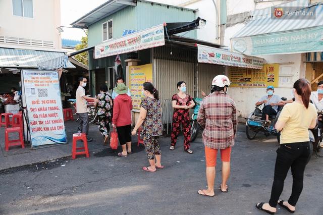 """Người dân xếp hàng đi chợ bằng tem phiếu lần đầu tiên ở Sài Gòn: """"Tôi thấy phát phiếu đi chợ rất tốt, an toàn cho mọi người trong mùa dịch"""" - Ảnh 14."""