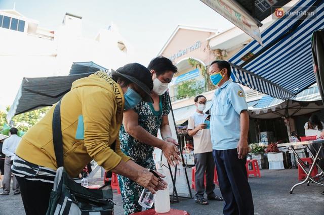 """Người dân xếp hàng đi chợ bằng tem phiếu lần đầu tiên ở Sài Gòn: """"Tôi thấy phát phiếu đi chợ rất tốt, an toàn cho mọi người trong mùa dịch"""" - Ảnh 15."""