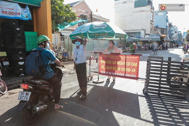 """Người dân xếp hàng đi chợ bằng tem phiếu lần đầu tiên ở Sài Gòn: """"Tôi thấy phát phiếu đi chợ rất tốt, an toàn cho mọi người trong mùa dịch"""" - Ảnh 16."""