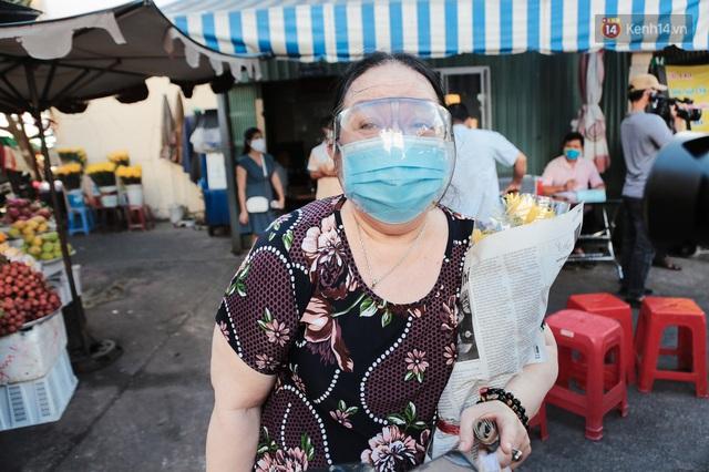 """Người dân xếp hàng đi chợ bằng tem phiếu lần đầu tiên ở Sài Gòn: """"Tôi thấy phát phiếu đi chợ rất tốt, an toàn cho mọi người trong mùa dịch"""" - Ảnh 17."""