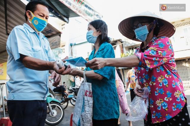 """Người dân xếp hàng đi chợ bằng tem phiếu lần đầu tiên ở Sài Gòn: """"Tôi thấy phát phiếu đi chợ rất tốt, an toàn cho mọi người trong mùa dịch"""" - Ảnh 3."""