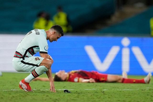 Hình ảnh buồn nhất hôm nay: Ronaldo thất vọng ném đi băng đội trưởng, lặng lẽ rời khỏi kỳ Euro có thể là cuối cùng trong sự nghiệp - Ảnh 4.