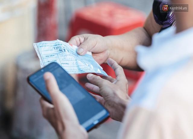 """Người dân xếp hàng đi chợ bằng tem phiếu lần đầu tiên ở Sài Gòn: """"Tôi thấy phát phiếu đi chợ rất tốt, an toàn cho mọi người trong mùa dịch"""" - Ảnh 4."""