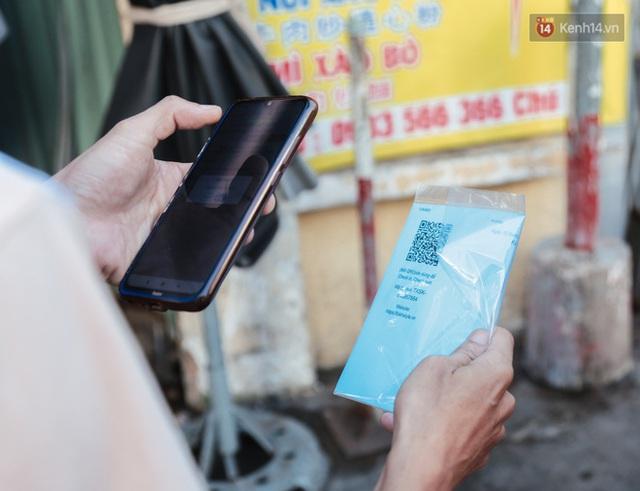 """Người dân xếp hàng đi chợ bằng tem phiếu lần đầu tiên ở Sài Gòn: """"Tôi thấy phát phiếu đi chợ rất tốt, an toàn cho mọi người trong mùa dịch"""" - Ảnh 5."""
