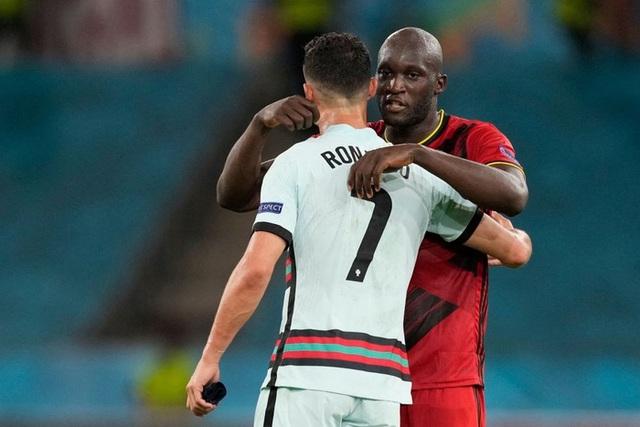 Hình ảnh buồn nhất hôm nay: Ronaldo thất vọng ném đi băng đội trưởng, lặng lẽ rời khỏi kỳ Euro có thể là cuối cùng trong sự nghiệp - Ảnh 7.
