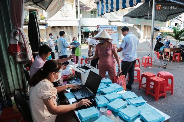 """Người dân xếp hàng đi chợ bằng tem phiếu lần đầu tiên ở Sài Gòn: """"Tôi thấy phát phiếu đi chợ rất tốt, an toàn cho mọi người trong mùa dịch"""" - Ảnh 7."""