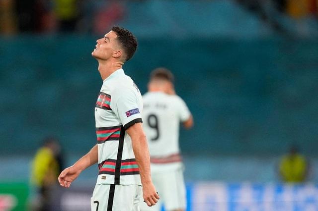 Hình ảnh buồn nhất hôm nay: Ronaldo thất vọng ném đi băng đội trưởng, lặng lẽ rời khỏi kỳ Euro có thể là cuối cùng trong sự nghiệp - Ảnh 8.