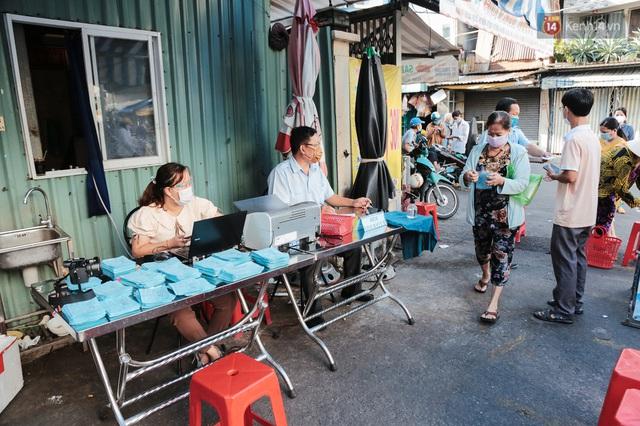 """Người dân xếp hàng đi chợ bằng tem phiếu lần đầu tiên ở Sài Gòn: """"Tôi thấy phát phiếu đi chợ rất tốt, an toàn cho mọi người trong mùa dịch"""" - Ảnh 8."""