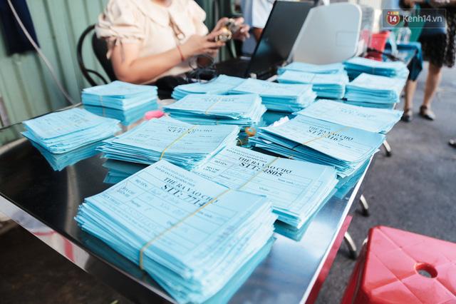 """Người dân xếp hàng đi chợ bằng tem phiếu lần đầu tiên ở Sài Gòn: """"Tôi thấy phát phiếu đi chợ rất tốt, an toàn cho mọi người trong mùa dịch"""" - Ảnh 9."""