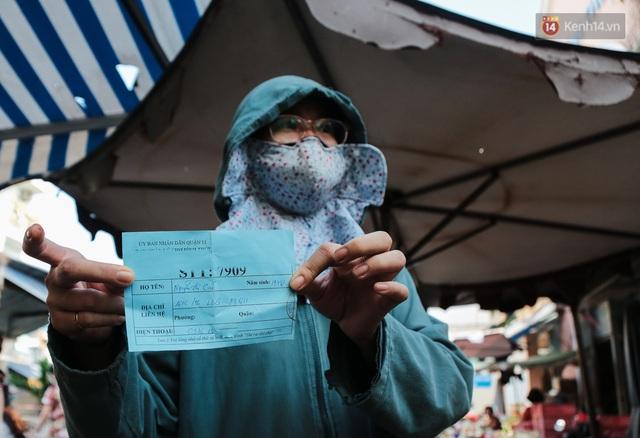 """Người dân xếp hàng đi chợ bằng tem phiếu lần đầu tiên ở Sài Gòn: """"Tôi thấy phát phiếu đi chợ rất tốt, an toàn cho mọi người trong mùa dịch"""" - Ảnh 10."""
