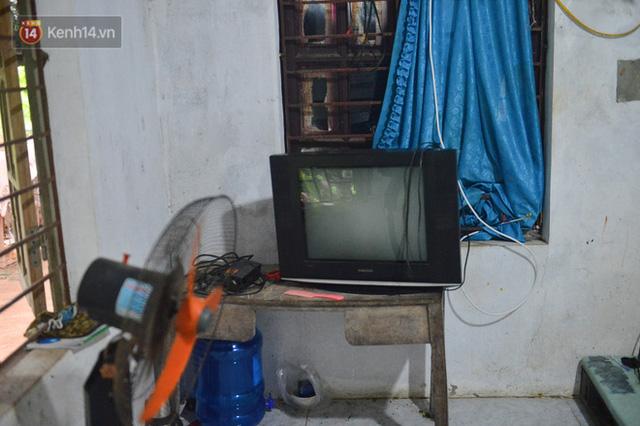 Công nhân thu gom rác bị nợ lương ở Hà Nội nghẹn ngào khi được nhiều mạnh thường quân ủng hộ: Tôi vui lắm... có hôm thức cả đêm ở lều vì sợ mất tiền - Ảnh 10.
