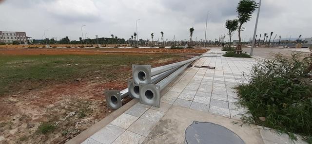 """Một khu đô thị ở thành phố Bắc Giang đang ngổn ngang cột điện nhưng theo tiết lộ môi giới, dự án đã """"cháy hàng""""."""
