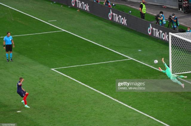 Cầu thủ Thuỵ Sĩ sung sướng vỡ oà sau khi loại đương kim vô địch thế giới Pháp khỏi Euro 2020 - Ảnh 2.
