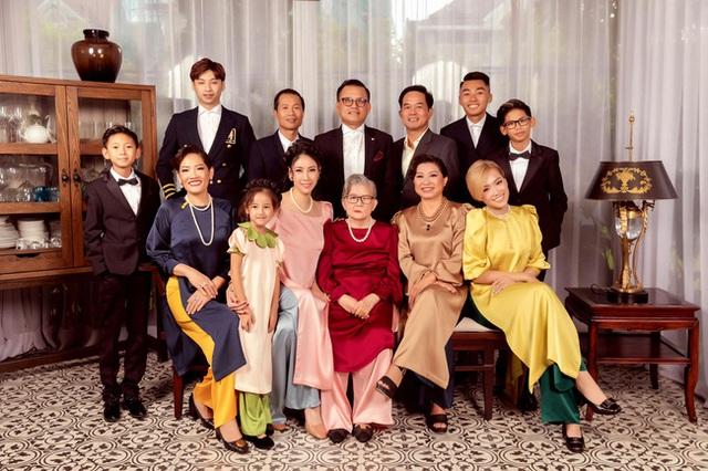 Hình ảnh đại gia đình đậm chất danh gia vọng tộc của Hà Kiều Anh nhận được sự chú ý giữa ồn ào tự xưng là công chúa đời thứ 7 của triều Nguyễn - Ảnh 2.