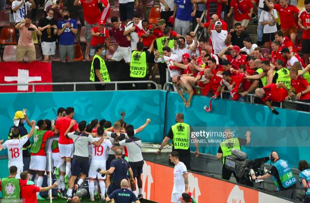 Cầu thủ Thuỵ Sĩ sung sướng vỡ oà sau khi loại đương kim vô địch thế giới Pháp khỏi Euro 2020 - Ảnh 4.