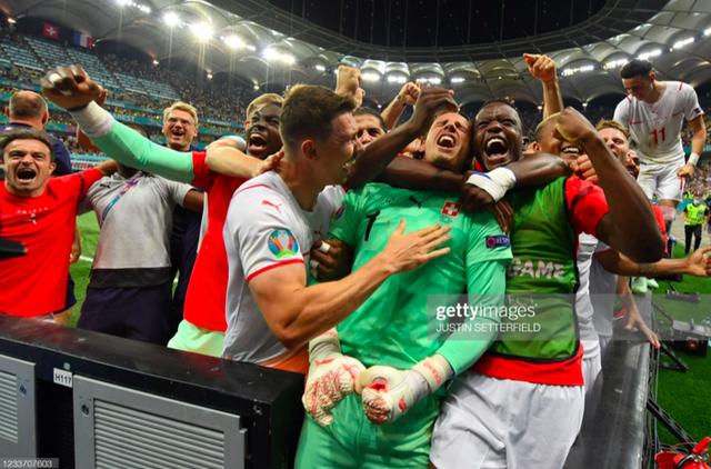 Cầu thủ Thuỵ Sĩ sung sướng vỡ oà sau khi loại đương kim vô địch thế giới Pháp khỏi Euro 2020 - Ảnh 5.