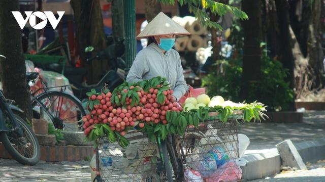 Người dân chật vật mưu sinh dưới nắng nóng hơn 40 độ C tại Hà Nội - Ảnh 1.