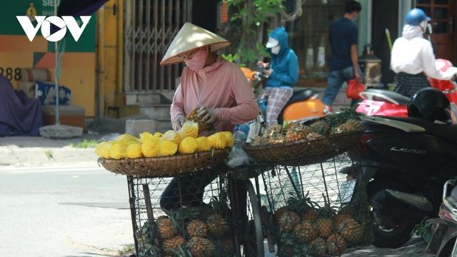 Người dân chật vật mưu sinh dưới nắng nóng hơn 40 độ C tại Hà Nội - Ảnh 2.