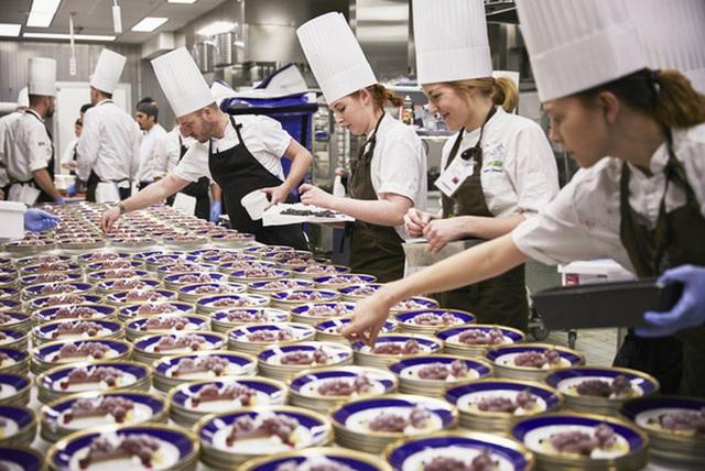 Làm thế nào để bếp trưởng chuẩn bị phần ăn cho những bữa tiệc sang trọng đón hàng nghìn khách một lúc? - Ảnh 2.