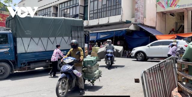 Người dân chật vật mưu sinh dưới nắng nóng hơn 40 độ C tại Hà Nội - Ảnh 12.