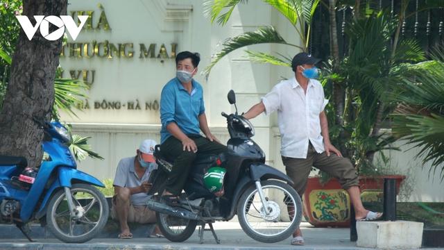 Người dân chật vật mưu sinh dưới nắng nóng hơn 40 độ C tại Hà Nội - Ảnh 14.