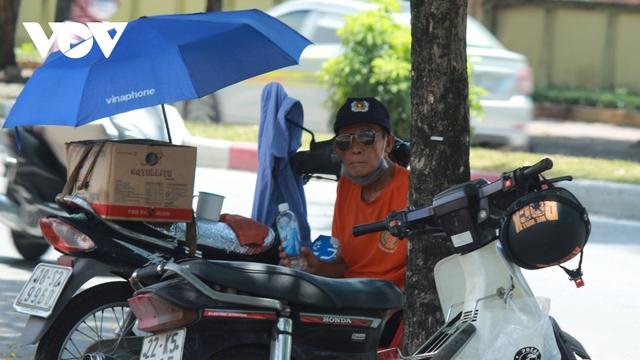 Người dân chật vật mưu sinh dưới nắng nóng hơn 40 độ C tại Hà Nội - Ảnh 16.
