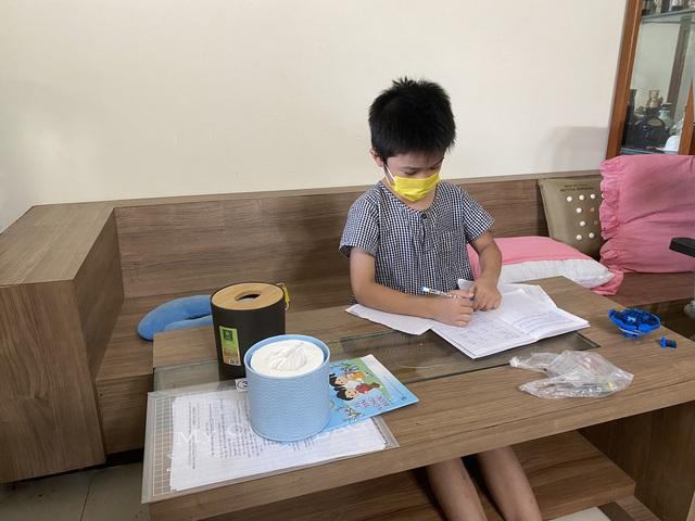 Bé trai 7 tuổi đánh bại COVID-19 bằng hành trình độc mã đầy dũng cảm từ lúc đi cách ly cho tới khi về nhà khiến người lớn cũng phải cảm phục - Ảnh 3.