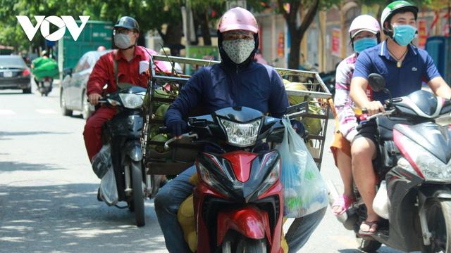 Người dân chật vật mưu sinh dưới nắng nóng hơn 40 độ C tại Hà Nội - Ảnh 3.