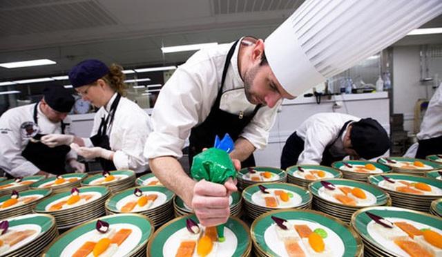 Làm thế nào để bếp trưởng chuẩn bị phần ăn cho những bữa tiệc sang trọng đón hàng nghìn khách một lúc? - Ảnh 4.