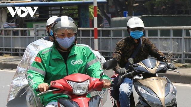 Người dân chật vật mưu sinh dưới nắng nóng hơn 40 độ C tại Hà Nội - Ảnh 5.