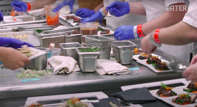 Làm thế nào để bếp trưởng chuẩn bị phần ăn cho những bữa tiệc sang trọng đón hàng nghìn khách một lúc? - Ảnh 5.