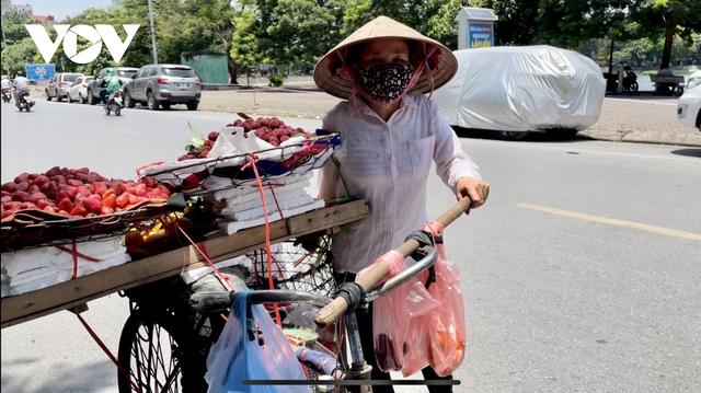 Người dân chật vật mưu sinh dưới nắng nóng hơn 40 độ C tại Hà Nội - Ảnh 6.