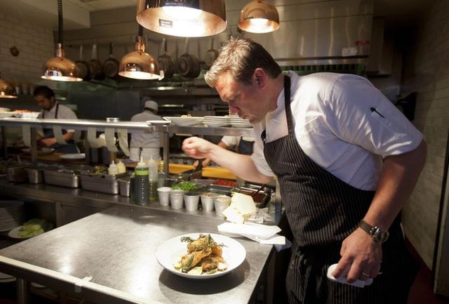Làm thế nào để bếp trưởng chuẩn bị phần ăn cho những bữa tiệc sang trọng đón hàng nghìn khách một lúc? - Ảnh 6.