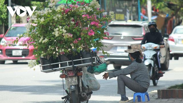 Người dân chật vật mưu sinh dưới nắng nóng hơn 40 độ C tại Hà Nội - Ảnh 7.