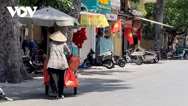 Người dân chật vật mưu sinh dưới nắng nóng hơn 40 độ C tại Hà Nội - Ảnh 10.