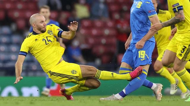 Cẳng chân của cầu thủ Ukraine bị đối thủ Thuỵ Điển đạp thành hình gấp khúc - Ảnh 2.